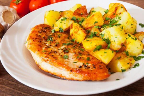 طريقة عمل صدور الدجاج مع البطاطس   بأقل المكونات اصنعي أشهى الأطباق